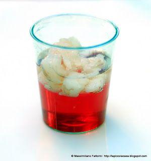 Lo spritz , un cocktail solido e il pesce: gelatina di bitter con tartare di gambero e bollicine