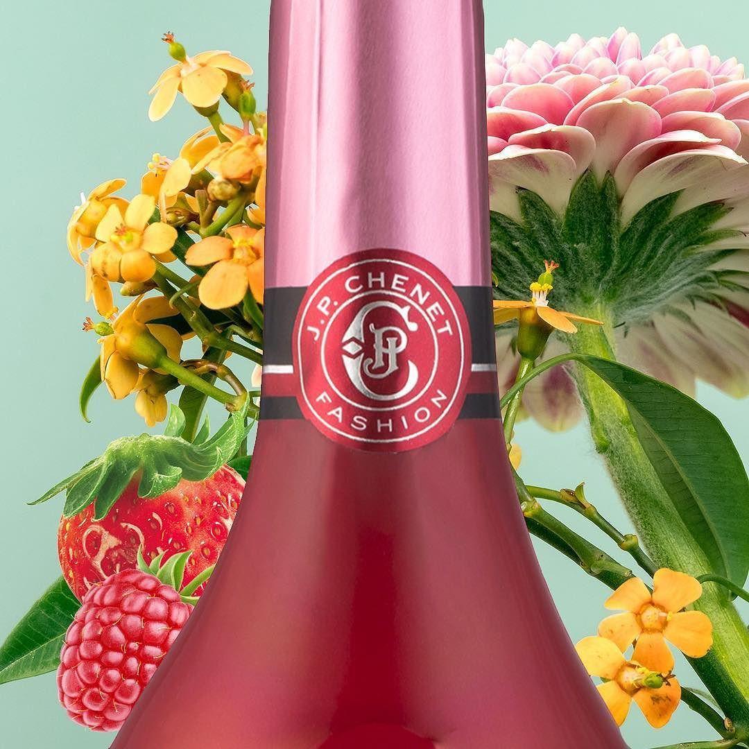 Fresh Feels Fraicheur A Letat Pur Sparkling Sparkles Wine Vin Winelover Sparklingwine Fraise Strawberry Frambois Wine Bottle Wine Rose Wine Bottle