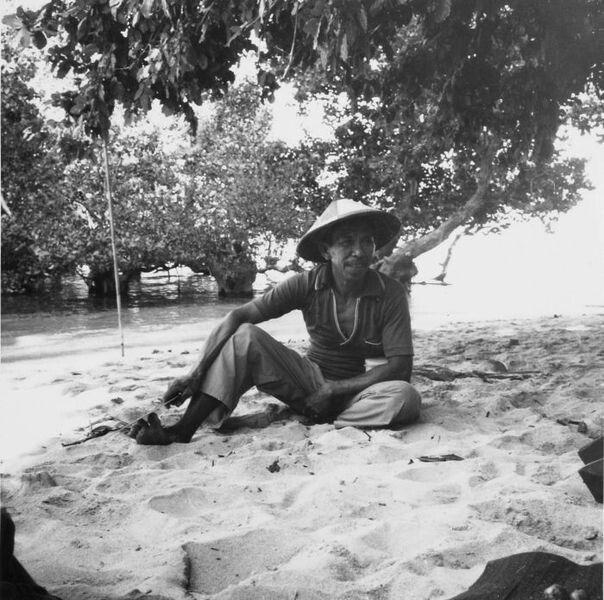 Portret van een visser op het strand van het eiland