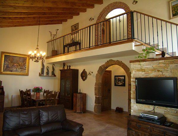 Salon de las casas verde y marron de estilo r stico - Como decorar una casa rural ...