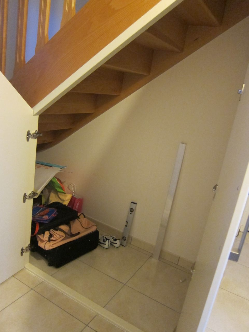 Vue De L Espace Sous Escalier Apres Installation Des Portes Modele Declic Battant De Chez Lapeyre Sous Escalier Amenagement Placard Placard Sous Escalier