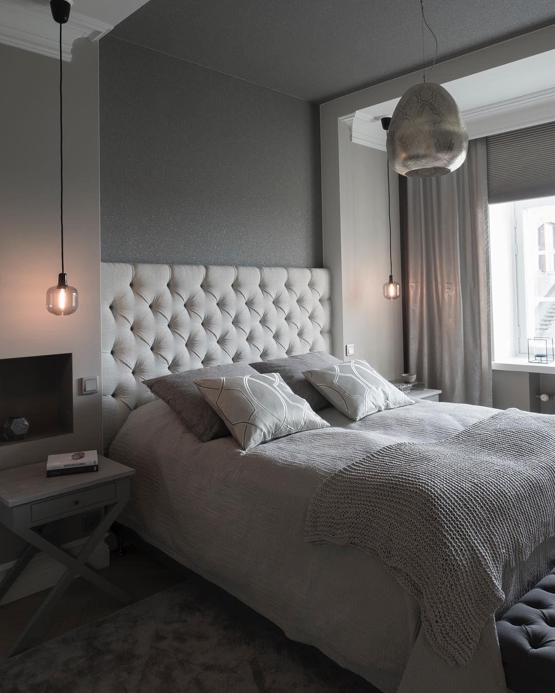 Valaisimet, muhkea sängynpääty ja värisävyjen hallittu kirjo tuo kodikkuutta makuuhuoneeseen
