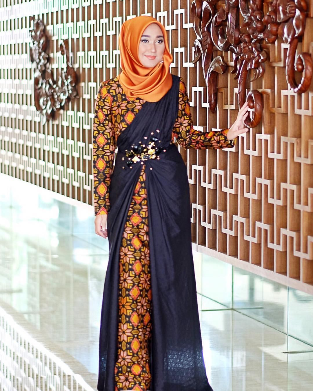 Wearing @dianpelangicom batik dress, and @hijabellove satin scarf in 'Thaitea' #PerfectMatch Make up using @wardahbeauty by yours truly ✨