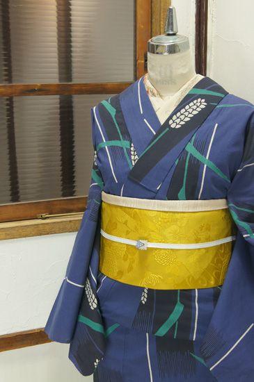 黒と白の斜めストライプがアクセントになったブルーをベースに、綺麗な緑映える麦の穂のモチーフがデザインされた注染レトロ浴衣です。