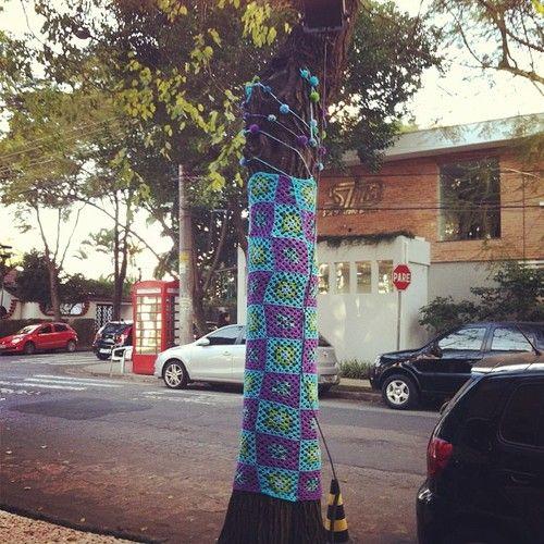 8/13 ⚡13pompons⚡ #13pompons #instapompons #fashion13pompons #yarnbomb #yarnbombing (em Rua das Paineiras, 499 - Sto André/SP)