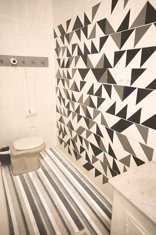 mosaico com triângulos de Con-Tact preto e cinza. Os murais do coletivo MUDA (que a gente adora!) foram nossa grande fonte de inspiração!