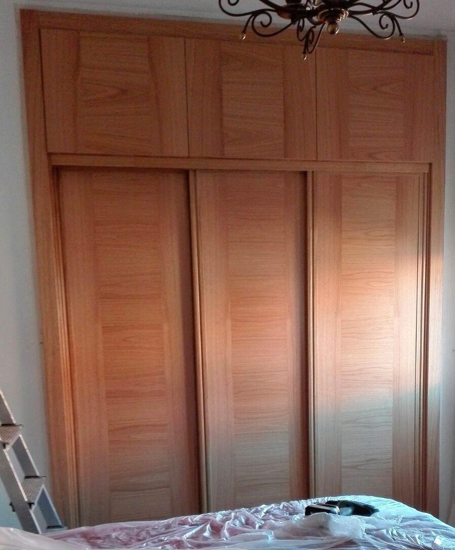 Frente de armario de hojas correderas y altillos abatibles - Frente armario corredera ...
