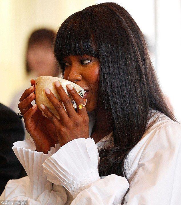 Naomi Campbell sipping tea, 11/2013. #celebrities #tea