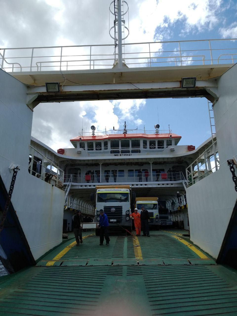 El barco que nos llevaría a puerto chacabuco cargado con dos trailers