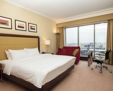 Lit king size dans la chambre King Hilton Guest Room de l\'hôtel ...