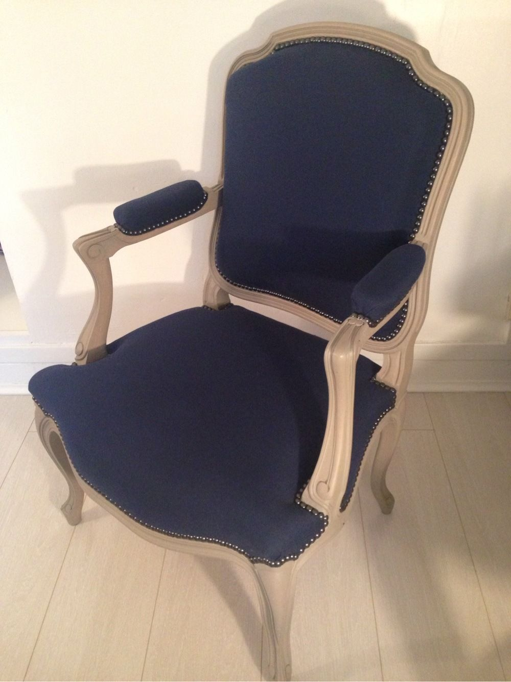 Fauteuil style Montespan tissu coton bleu marine clous déco noirs