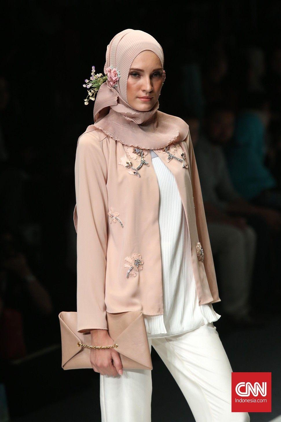 Nuansa Bening Busana Hijab di Jakarta Fashion Week 10  Gaya