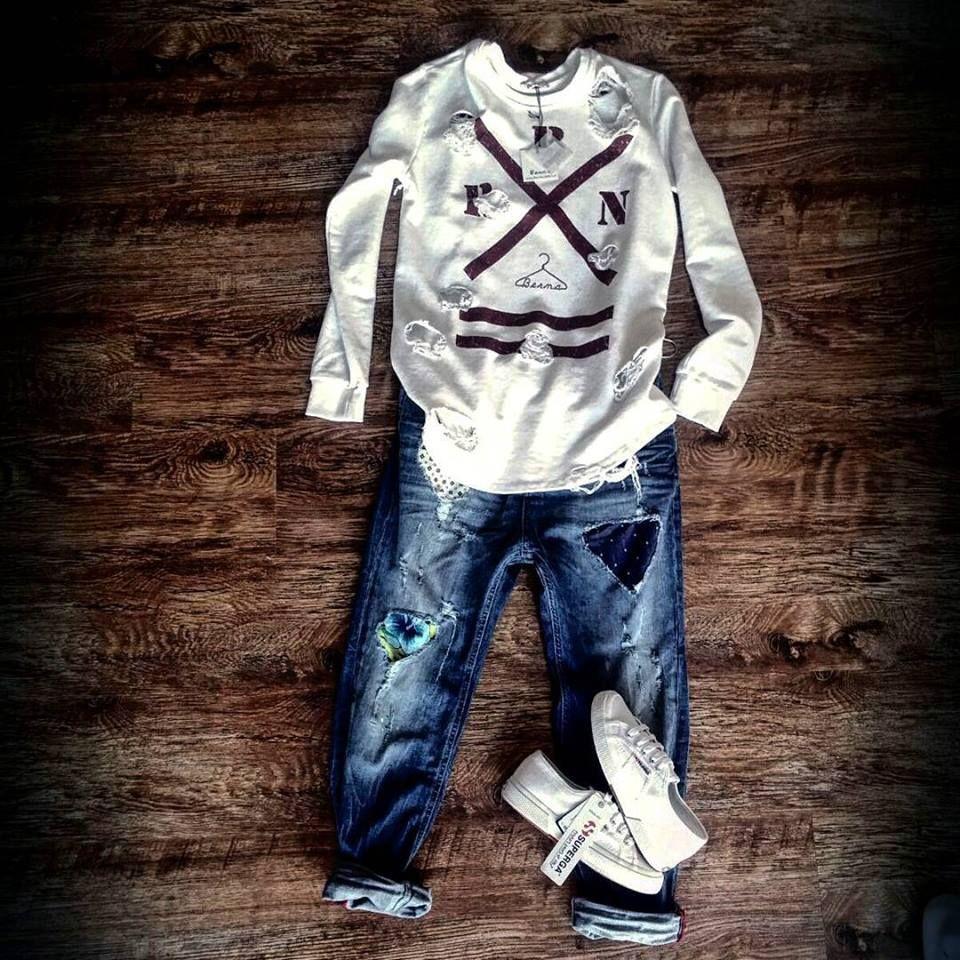 Felpa con buchi BERNA Jeans con strappi e patch BERNA Scarpe - SUPERGA