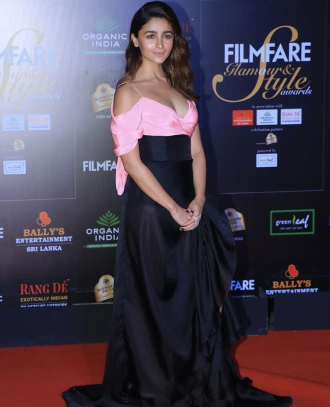 Alia Bhatt Biography Age Height Wiki Family More Buzzzfly Alia Bhatt Alia Bhatt Cute Indian Bollywood Actress