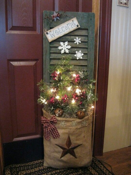 35 Beautiful DIY Decorating Ideas You Could Do With Burlap - primitive christmas decorations