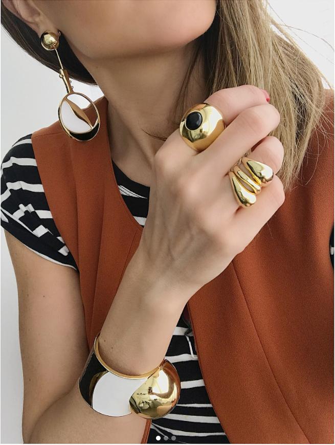 mariadolores_oficialAcessórios que fazem {T O D A} diferença! // FUSIÓN // #mariadolores® . . #designmariadolores #designmd #wearableart #artjewelry #statementjewelry #stripes #gold #fashion #accessories #jewelry #md
