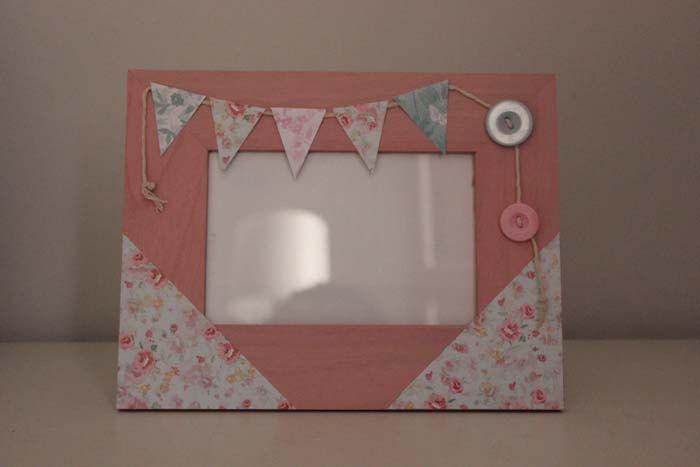Marco de madera pintado a mano en color rosa y decorado con papeles ...