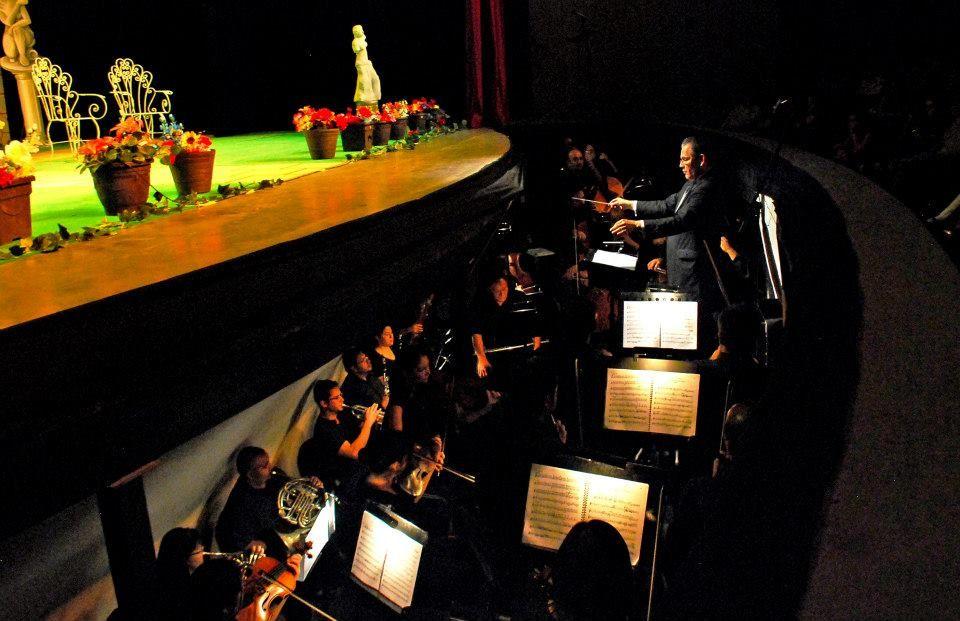 """Fotografía como director concertador en la ópera """"Don pasquale"""" de Donizetti, con la Compañía de Ópera de Hermosillo. Hermosillo, Sonora, mayo de 2014."""
