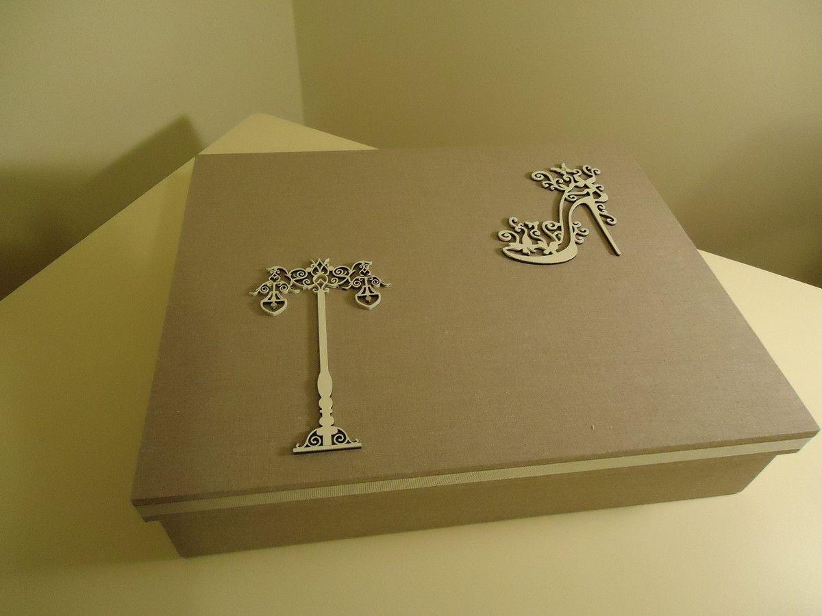 Caixa em mdf, forrada em tecido, contendo 4 bandejas em veludo. <br>Decoração variada.