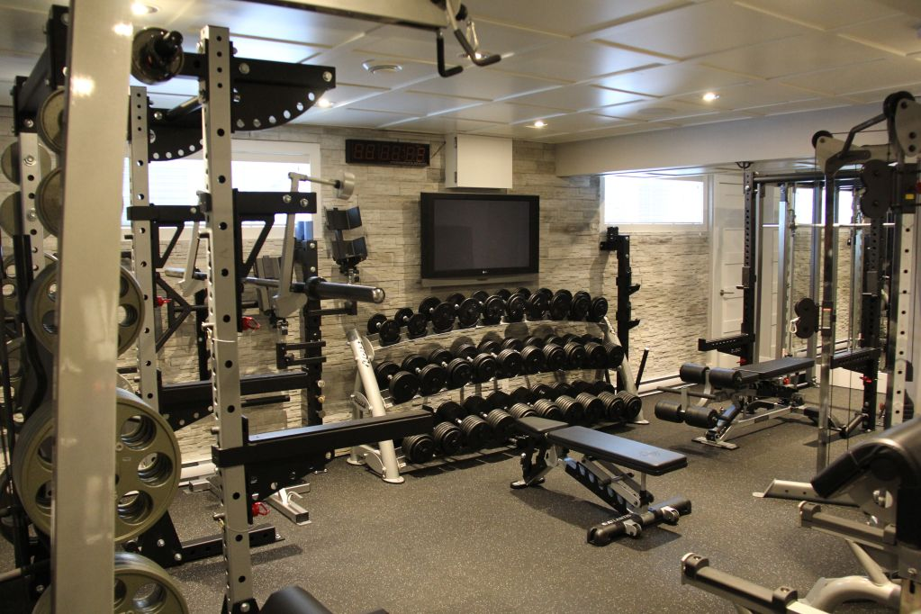 Home gym crypted molesting chambers pinterest gym for Small room gym setup