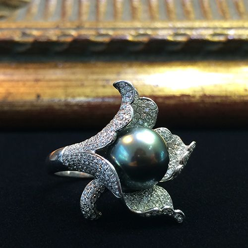 Золотое кольцо с черным жемчугом