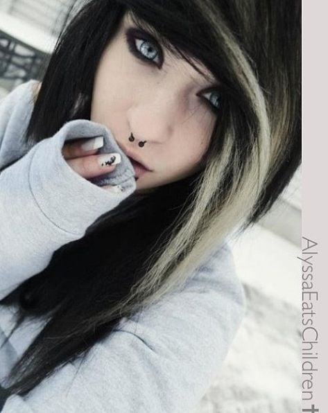 Alyssa Eats Children Her Eyes Are Really Brown This Is Either An Edit Or Shes Wearing Really Pretty Contacts Cx Emo Scene Hair Emo Hair Hair Styles