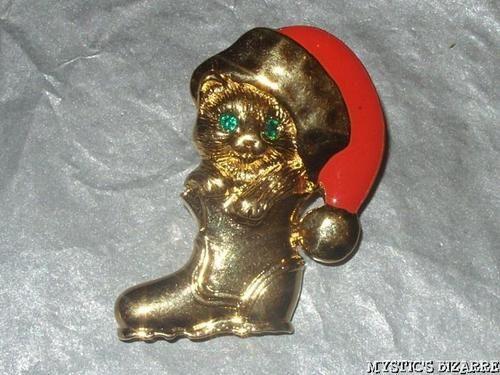 VINTAGE 80'S GOLD TONE ENAMEL CRYSTAL FESTIVE KITTEN IN BOOT TAC PIN