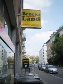 BROCKILAND Adresse Steinstrasse 68 8003 Zürich (Wiedikon) Telefon 044/461 11 84  Website: www.brockiland.ch  Lage Zwischen Schmiede Wiedikon und Manesseplatz in einer ehemaligen Tiefgarage.  Öffnungszeiten Mo-Fr: 10-18:30 Sa: 9-16
