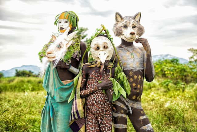 ヨシダナギ撮影の動物に扮する少数民族