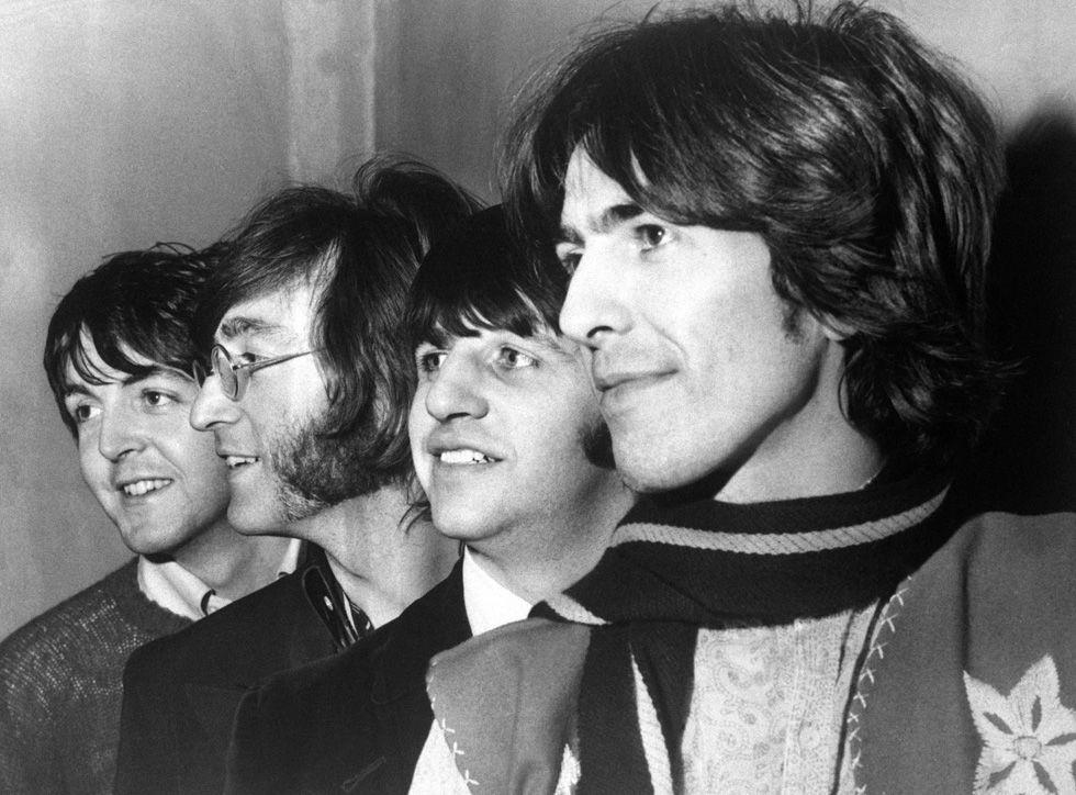 IlPost - George Harrison con gli altri Beatles a Londra, il 28 febbraio 1968 (AP Photo) - George Harrison con gli altri Beatles a Londra, il 28 febbraio 1968  (AP Photo)