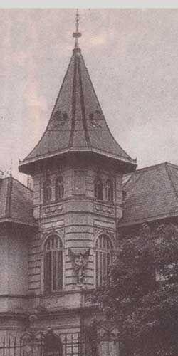 LA CASA DEL ÁNGEL     De estilo normando, este caserón de dos plantas y un mirador había sido construido a fines del siglo XIX por el arquit...
