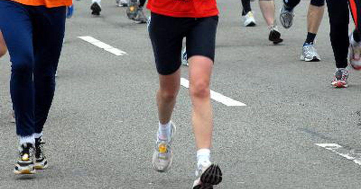Cómo clasificar para la maratón de Boston. Desde que la venerable Maratón de Boston instituyó tiempos de clasificación obligatorios en 1970, la carrera se ha convertido en un objetivo crítico para los maratonistas dedicados. Clasificar para correr en la carrera del Día de los Patriotas requiere disciplina, paciencia y muchos kilómetros.