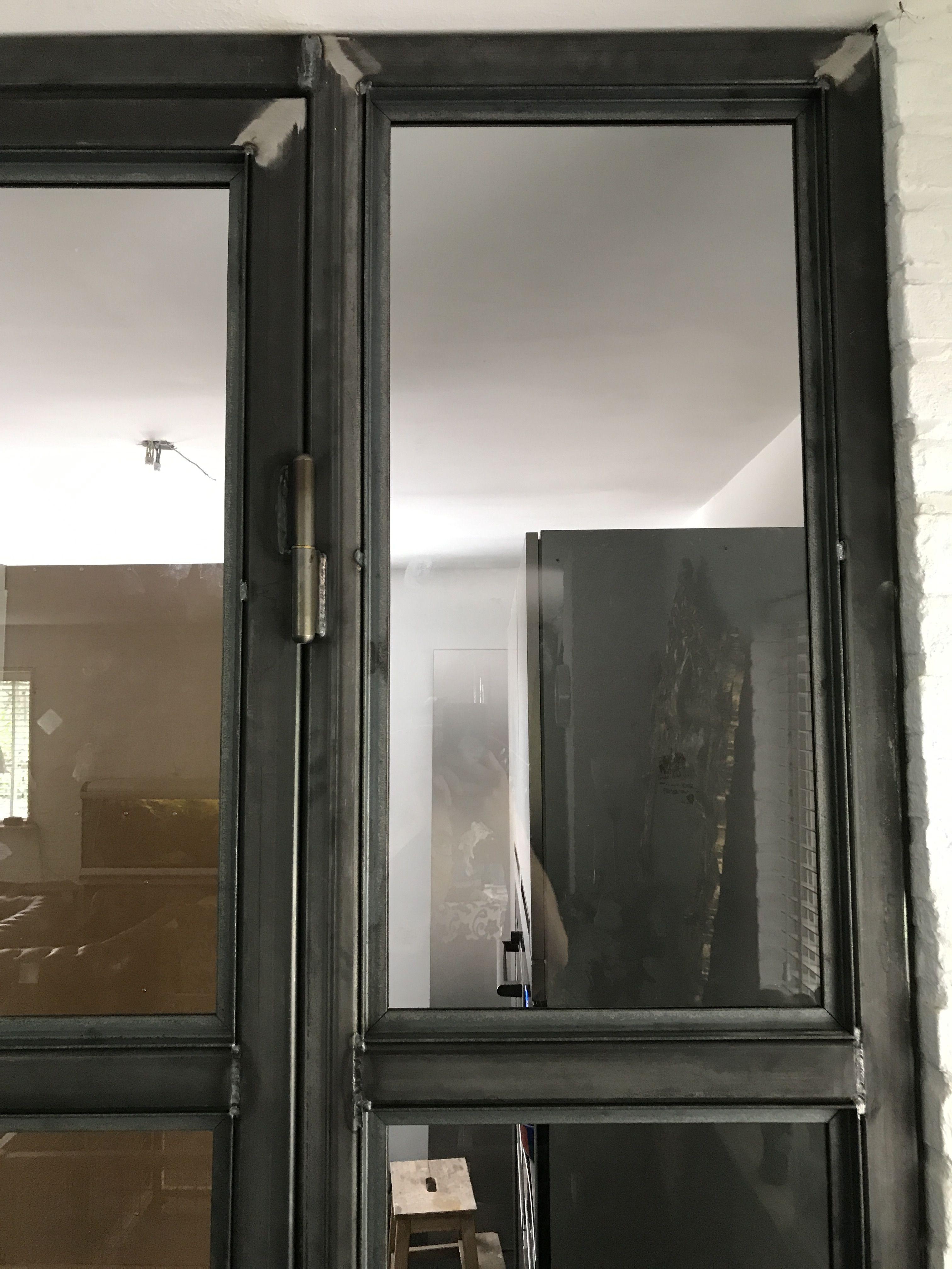 Industriële zwart stalen deur voorzien van glas. (met