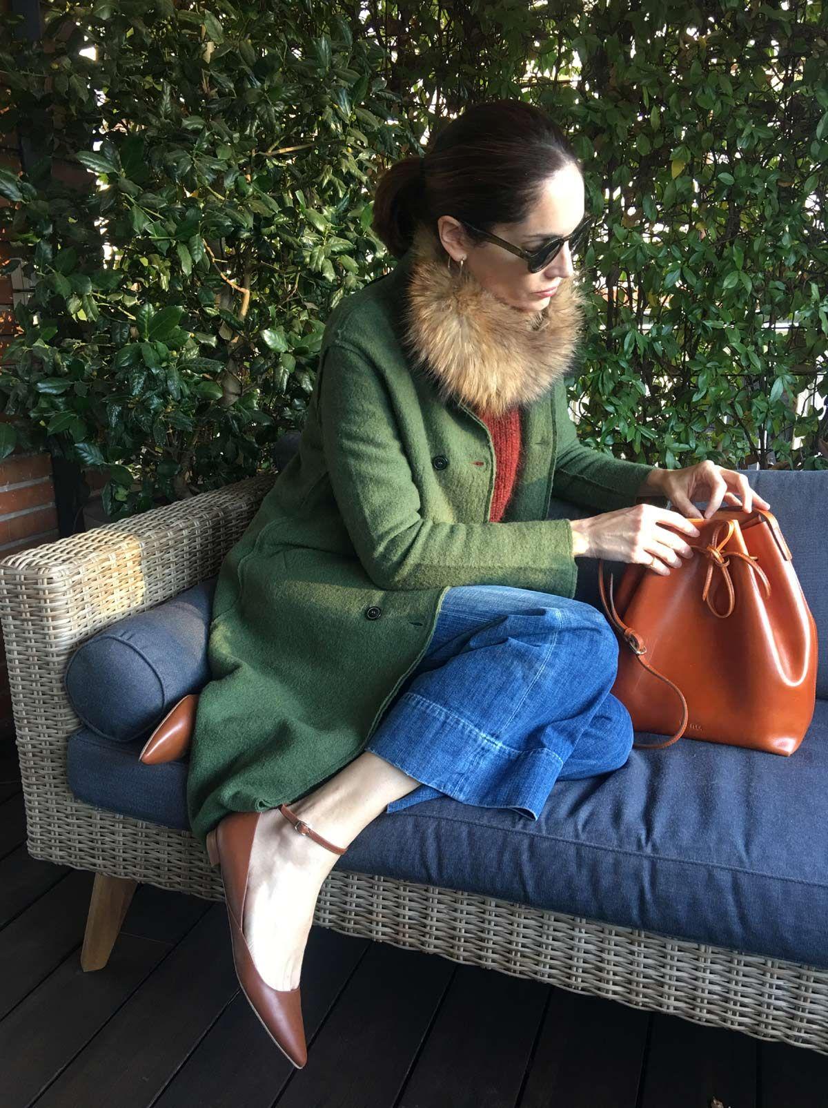 Jeans y jersey de Alejandra Muntaner con un abrigo de YerSe