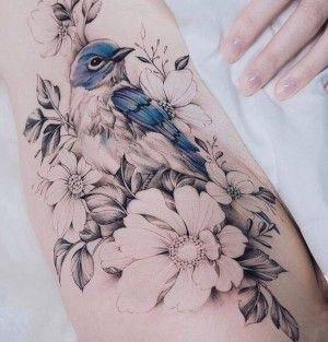 Tatuaje De Flores Y Pajaro Tatuajes En La Cadera Tatuajes De Aves Azules Brazos Tatuados