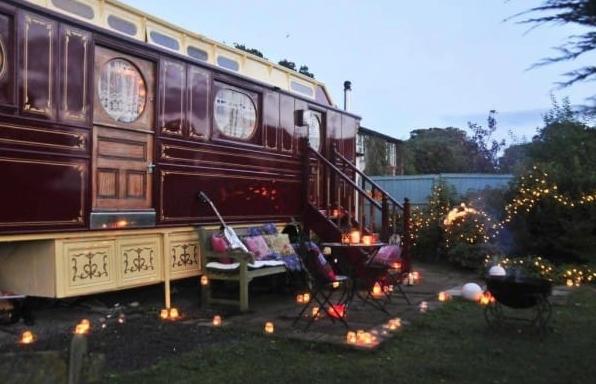 voyez ce qu 39 ils ont r ussi faire avec une vieille caravane recycler vieille caravane. Black Bedroom Furniture Sets. Home Design Ideas