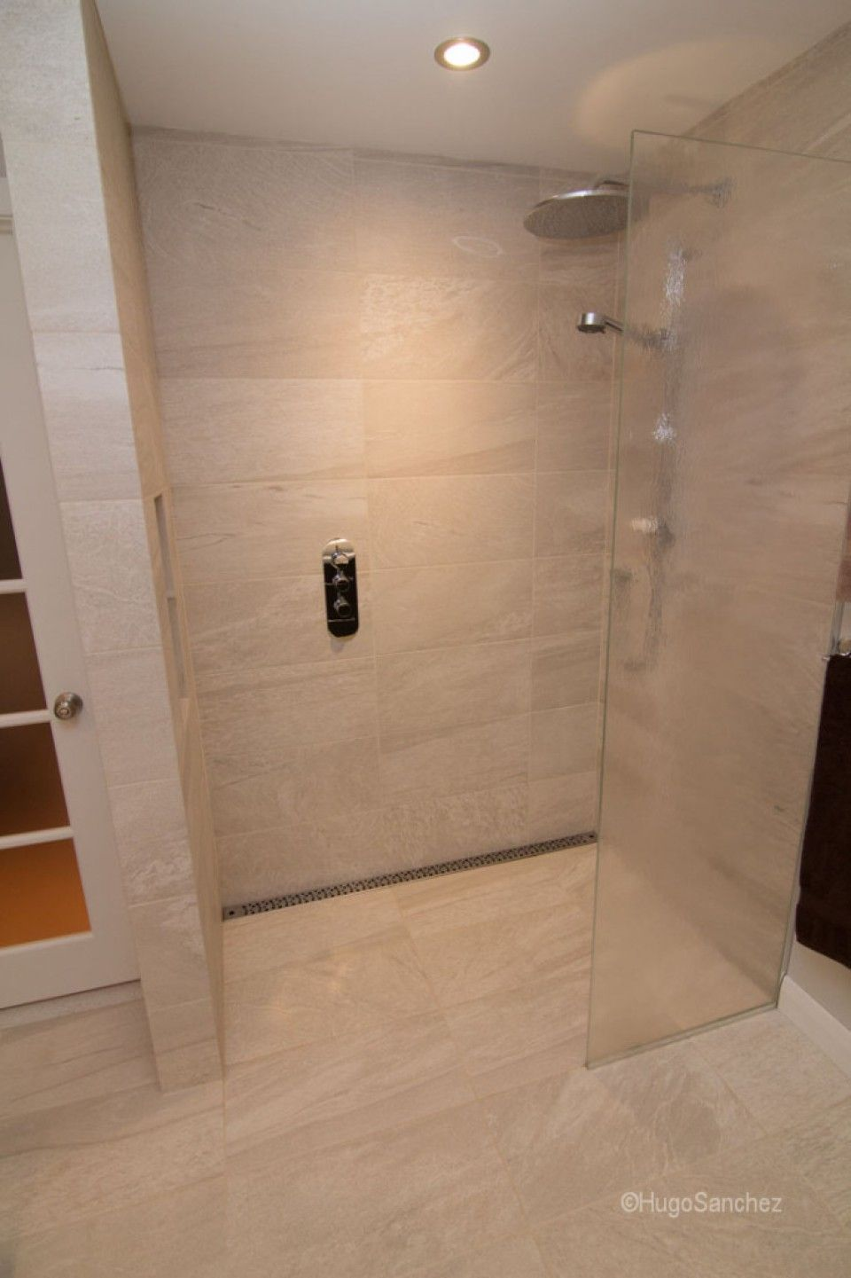 Curbless shower designs c ramiques hugo sanchez bathrooms with tile showers pinterest Bathroom tile showers