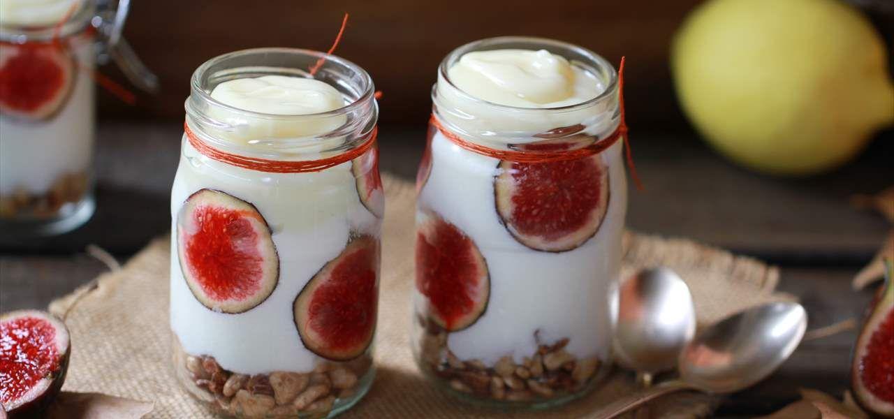 Tarritos de yogur con higos, cereales y crema de limón