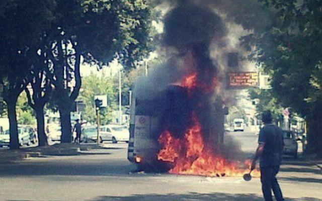 Attimi di paura a Roma: bus in fiamme e traffico bloccato
