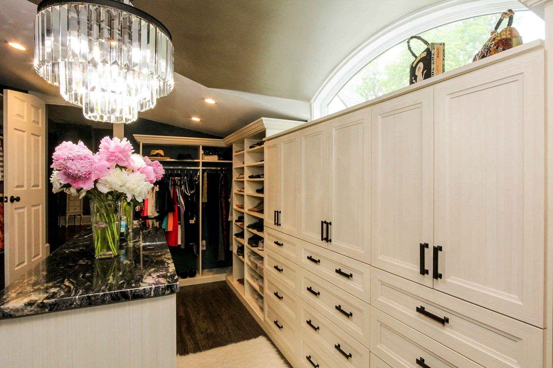 zwei schuh gep cktr ger und drei volle schr nke bieten eine f lle von speicher in die 67. Black Bedroom Furniture Sets. Home Design Ideas