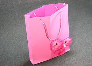 Como hacer una bolsa de papel - Hacer bolsas de papel para regalo ...