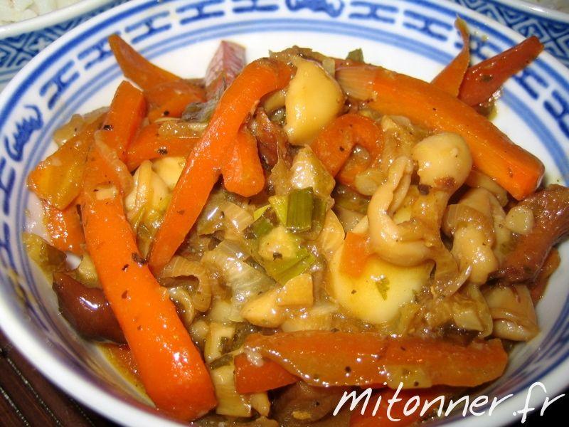 Encore une recette d'inspiration asiatique pour accomoder les anneaux de calamars dont nous sommes friands : un mariage terre-mer avec les algues et les champignons. Ingrédients pour 2 personnes : 180 g d'anneaux de calamars, 60 g de champignons, 3 échalotes, 1 gousse d'ail, 2 carottes, 1 petit poireau, 2 CAS de tamari (sauce de … Continuer la lecture de Anneaux de calamars aux légumes