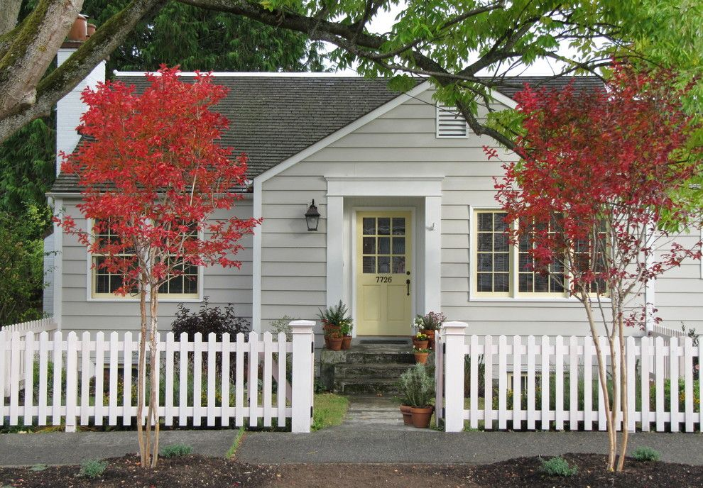 Picket fence designs in exterior traditional with colonial for Colonial fence designs