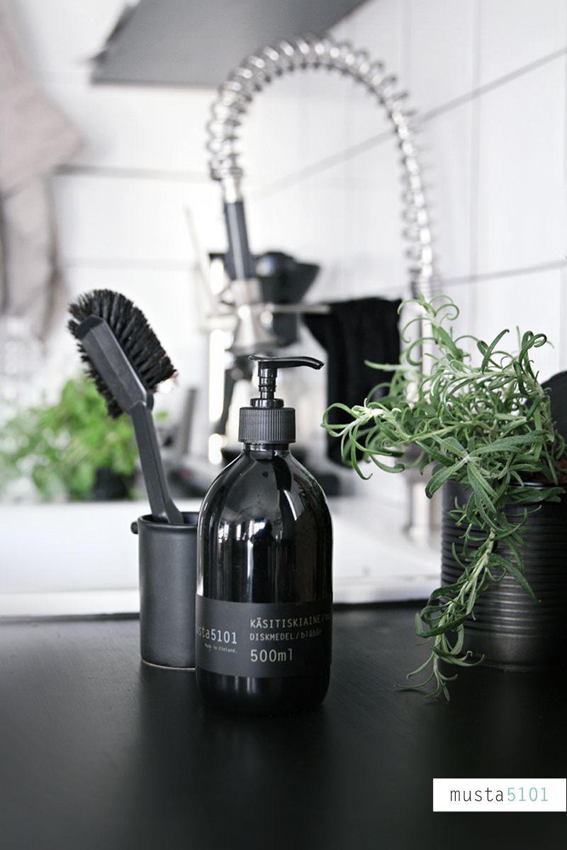 Upeita, mustia yksityiskohtia tyylikkääseen keittiöön. #etuovisisustus #keittiö #habitare