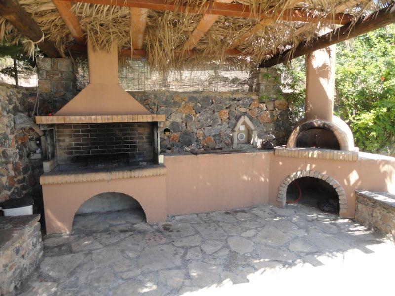 Forno a legna posizionato all 39 esterno sotto una tettoia barbecue pinterest barbecues and - Barbecue e forno a legna da giardino ...