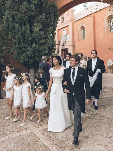 Los Excmos. Señores Marqueses del Cenete, Doña Mencía y D. Javier, salen de la capilla.