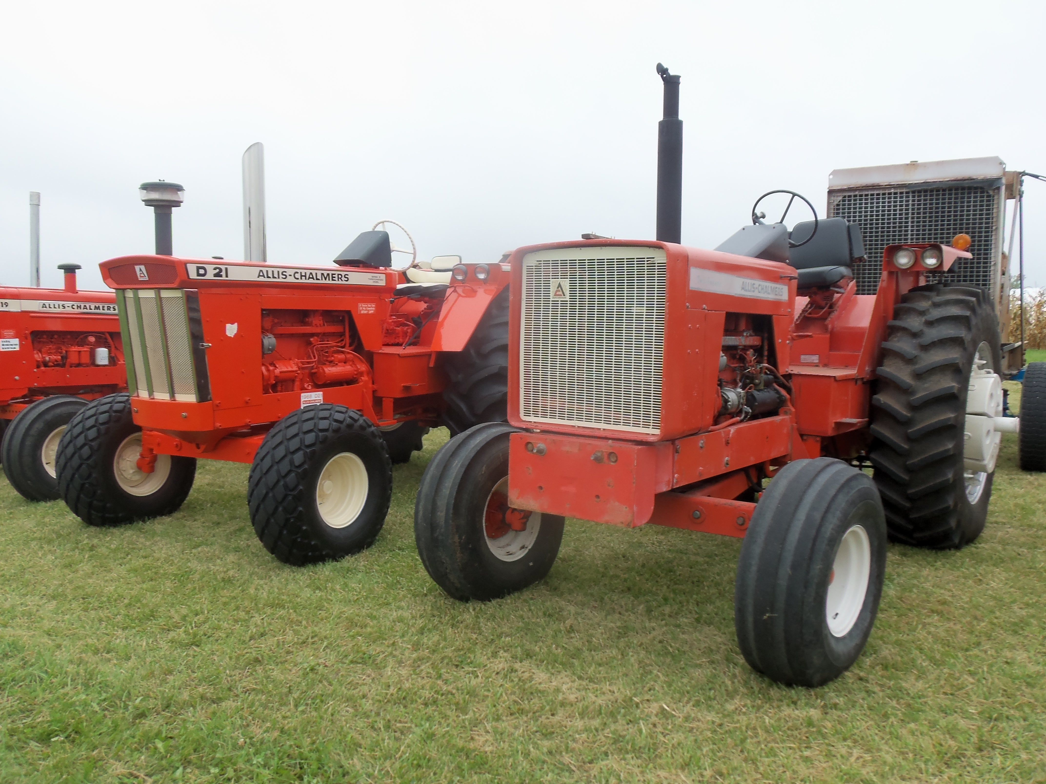 Allis Chalmers 220 & the tractor it replaced the D21 ...