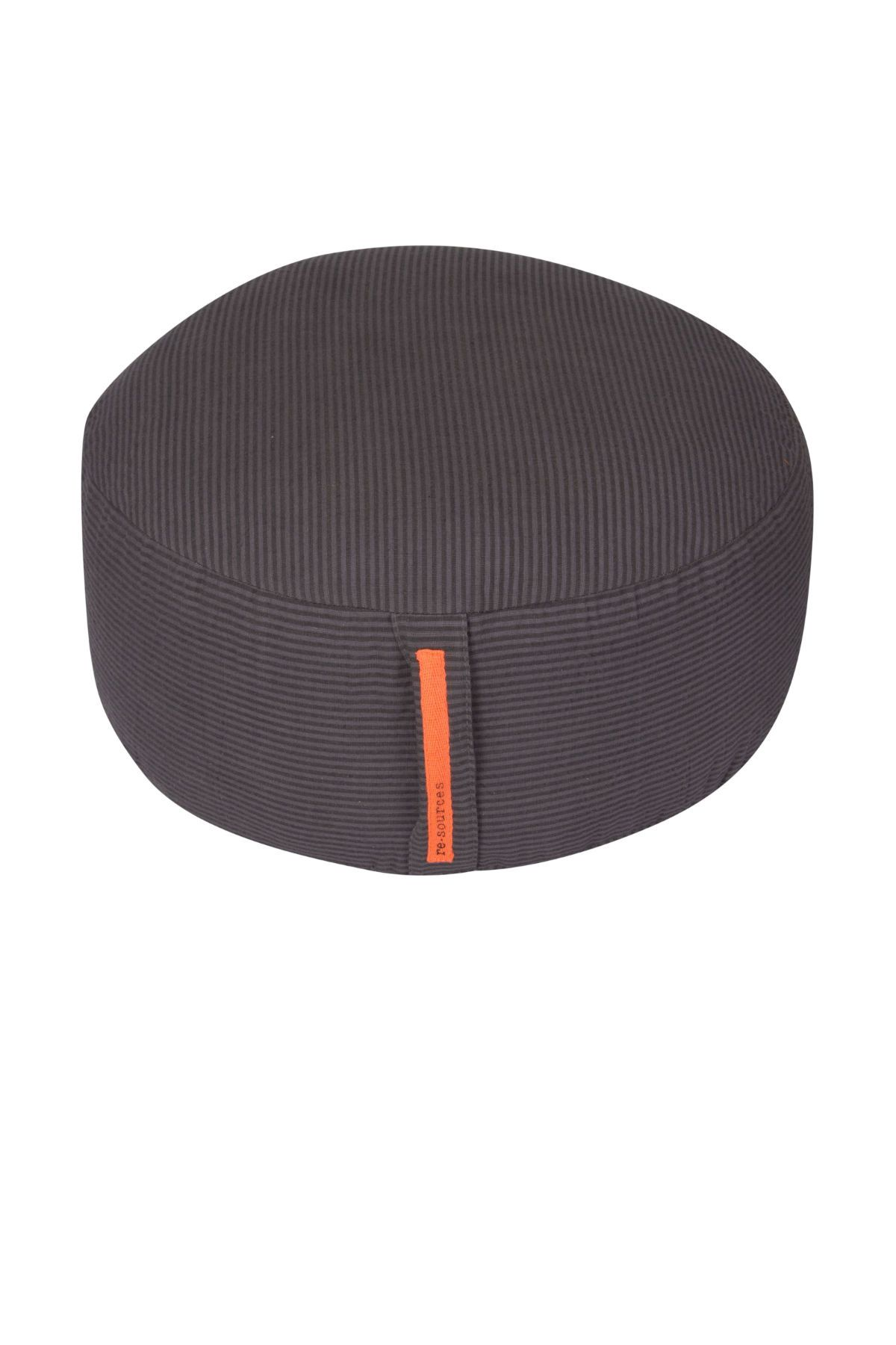 Rigtig fin yoga pude med betræk af vævet økologisk bomuld, som kan lynes af og vaskes separat. Puden er god og fast i det og perfekt til meditation. Fyldet er af kapok, der ideelt til formålet idet det holder på formen og ikke 'klumper'. Den er 15 cm høj og 35 cm i diameter med praktisk håndtag. Pudenhar et fint stribet mønster i mørkegrå nuancer(Coal).  Cover materiale: 100% bomuld  Fyld: Kapok