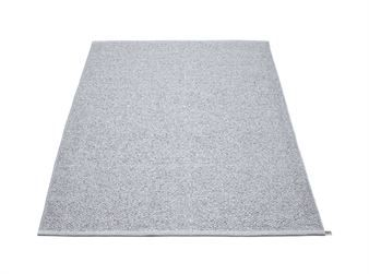 Denna stora matta passar perfekt i vardagsrummet eller sovrummet som en snygg inredningsdetalj och finns i två storlekar, 140 x 220 cm och 180 x 260 cm.