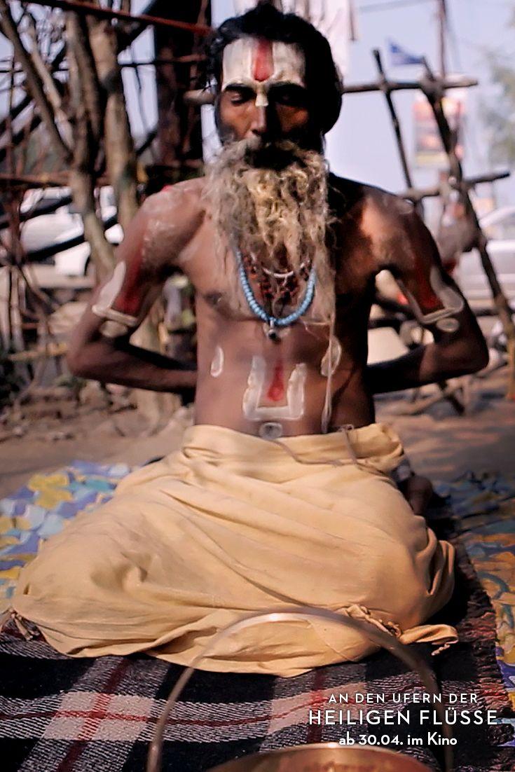 indische hinduistische gl auml ubige kinder beim kumbh mela gr ouml szlig tes hatha yogi baba asket und sadhu bei yoga uumlbung waumlhrend des kumbh mela